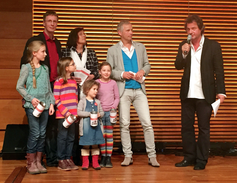 Von links: Rosalie (11), Anselm Graubner (Initiativkreis WEIMAR hilft!), Jule (8), Antje Tillmann (CDU-Bundestagsabgeordnete), Hannah (4), Elise (8), Martin Kranz (Initiator und Sprecher WEIMAR hilft!), Mathias Buß (Moderator)